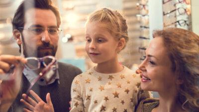Eltern die mit Ihrem Kind eine Brille aussuchen